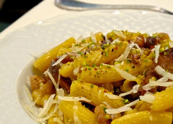 Rigatoni fresci alla gricia con granella di pistacchi