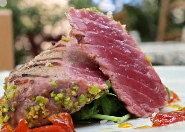 Filetto di tonno scottato con granella di pistacchi di Bronte e marmellata di pomodori e arance
