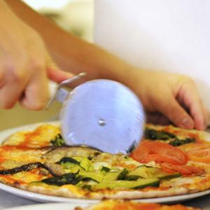 taglio con rotella di pizza rossa